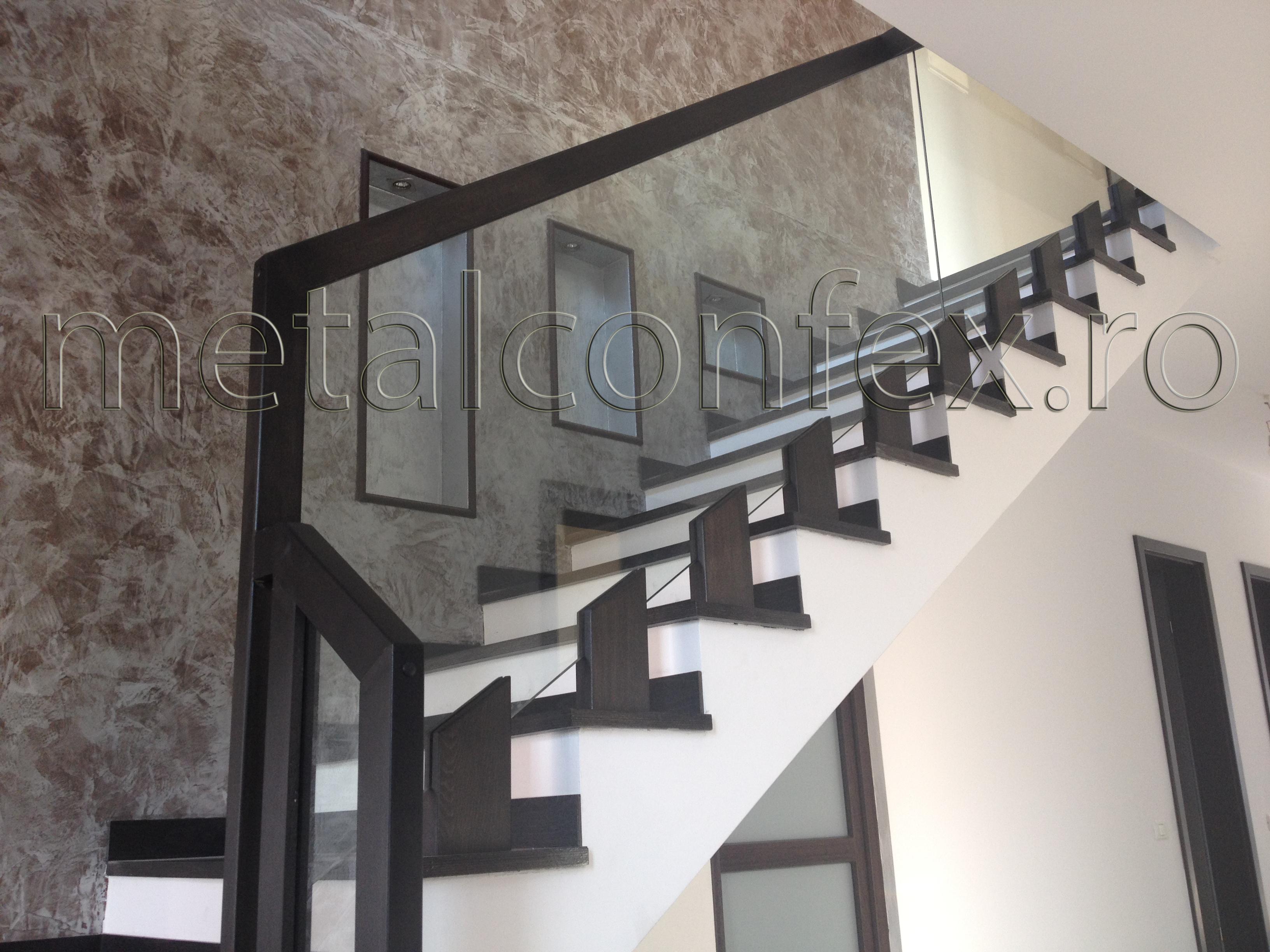 Balustrada din lemn cu sticla for Modele de balcon din lemn